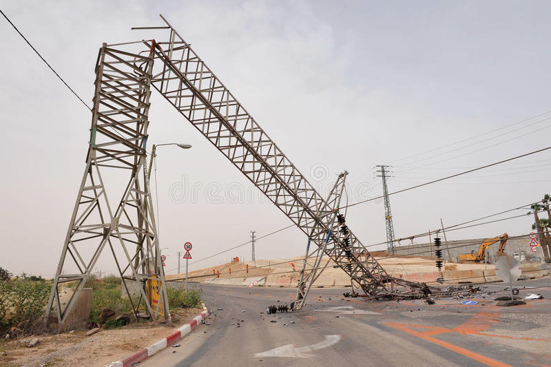 倒塌的顶上的输电线 图库摄影