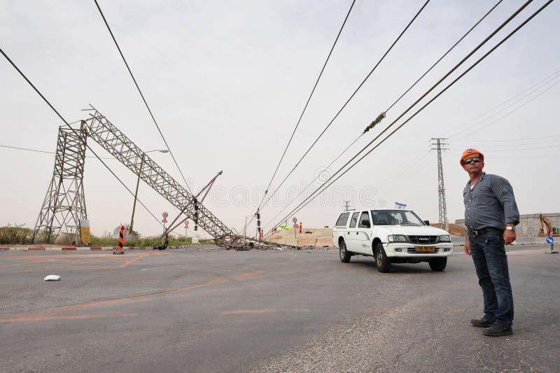 倒塌的顶上的输电线 库存照片
