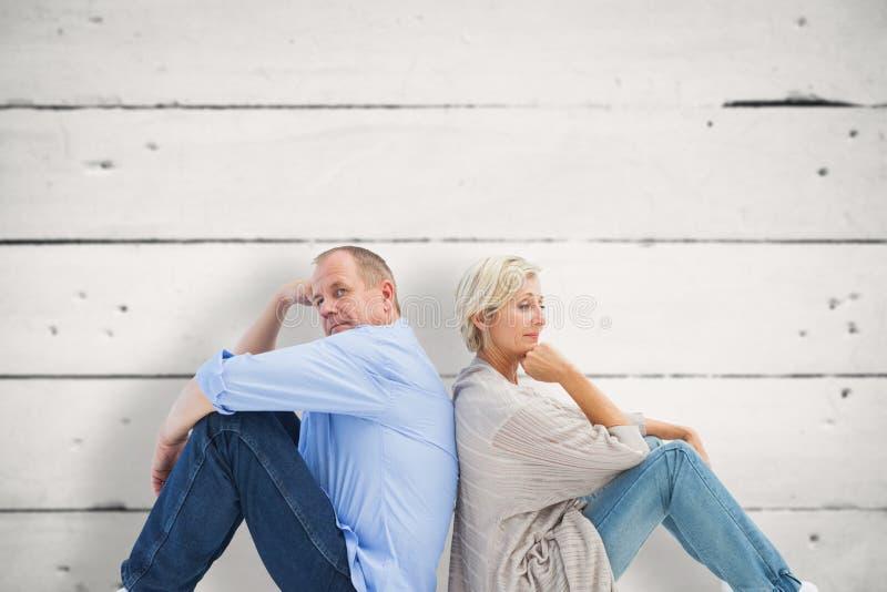 翻倒成熟的夫妇的综合图象不谈话 库存图片