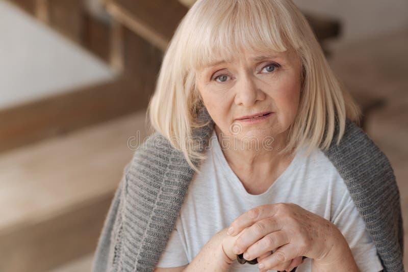 翻倒沮丧的妇女的画象 免版税图库摄影