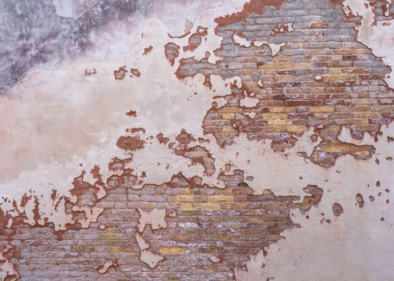 倒空与损伤膏药的困厄的砖墙纹理表面 库存照片