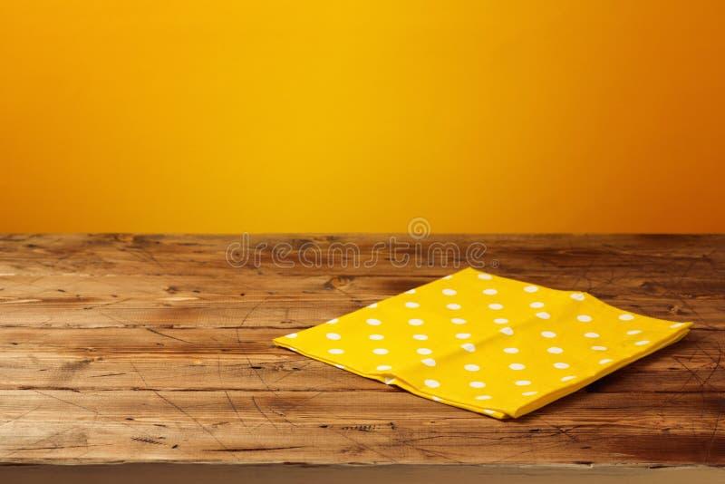 倒空与桌布的木桌在黄色背景 秋天秋天森林路径季节 库存图片