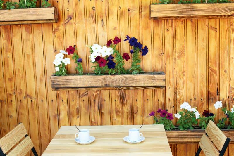 倒空与花盆桌和椅子的木咖啡大阳台 免版税库存照片