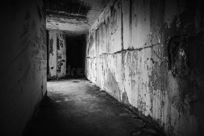 倒空与黑暗的末端的被放弃的地堡内部 免版税库存照片