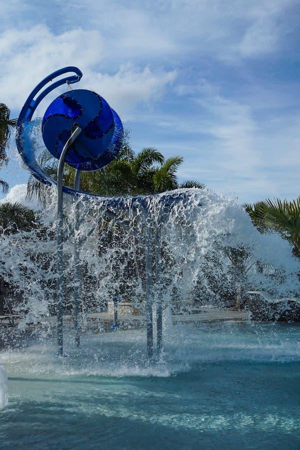 倒空和飞溅在一个豪华旅游胜地水池的水桶 库存照片