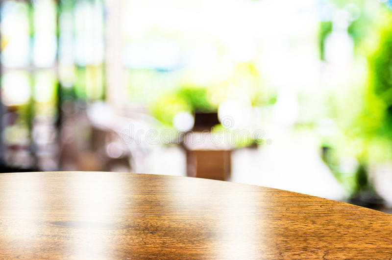 倒空圆桌上面在与bok的咖啡店被弄脏的背景 免版税库存图片