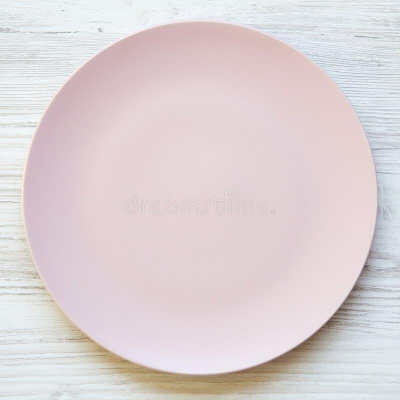 倒空在一张白色木桌上的桃红色板材,顶上的看法 顶视图,从上面,平的位置 在背景空白弓概念节食的显示评定编号附近自己的缩放比例磁带文本附加的空白视窗包裹了您 图库摄影