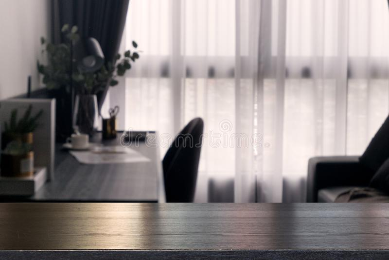 倒空在帷幕窗口和文具书桌迷离的木台式有阳光的早晨 图库摄影