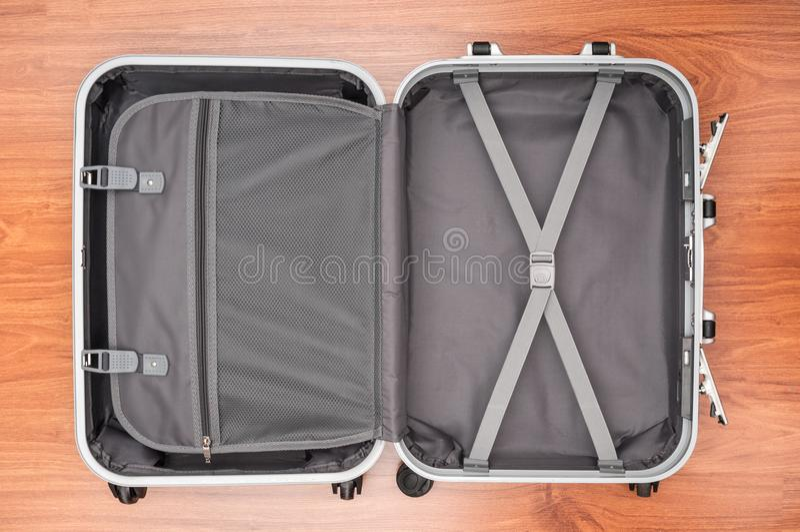 倒空在木地板上的旅行袋子 免版税库存图片