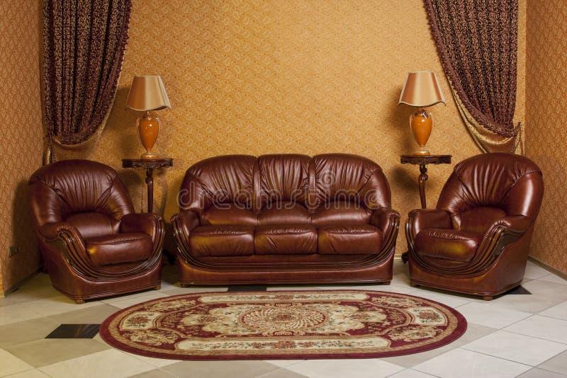 倒空在温暖的颜色装饰的w的内部客厅背景 免版税库存照片