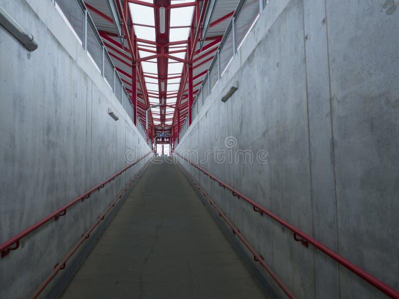 倒空在火车站,灰色和红色,减少的透视的具体undergound段落平台地铁 库存照片