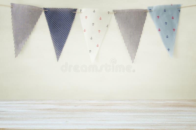 倒空在狂欢节和生日聚会前面的老桌背景 有用为产品显示蒙太奇 库存图片