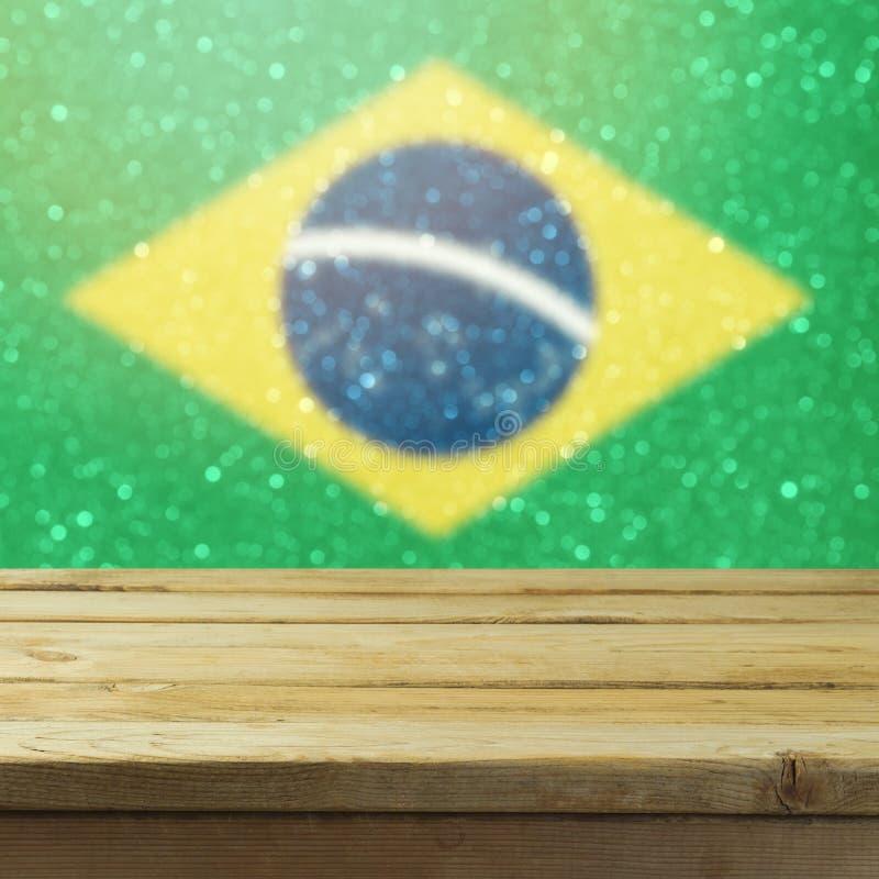倒空在巴西旗子bokeh背景的木甲板桌 免版税库存照片