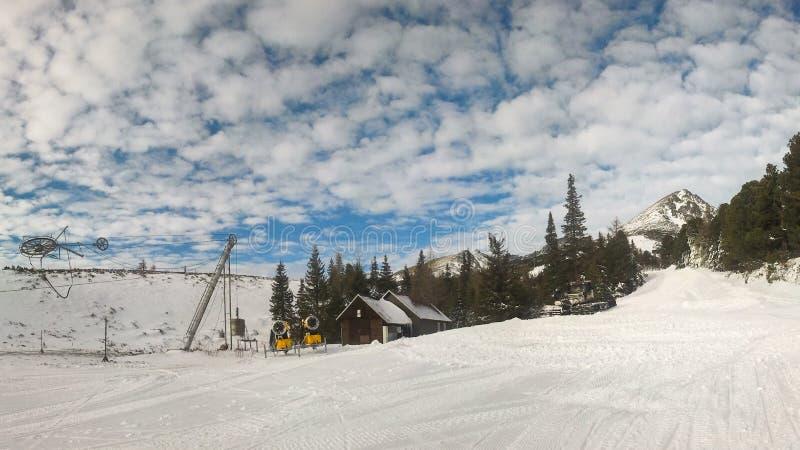 倒空在Strbske普莱索, Solisko滑雪胜地的红色滑雪道 图库摄影