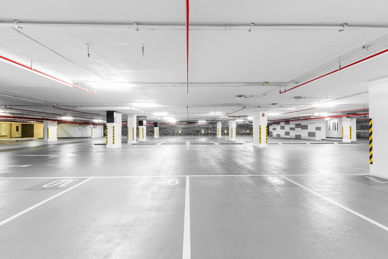 倒空地下停车库背景 免版税图库摄影
