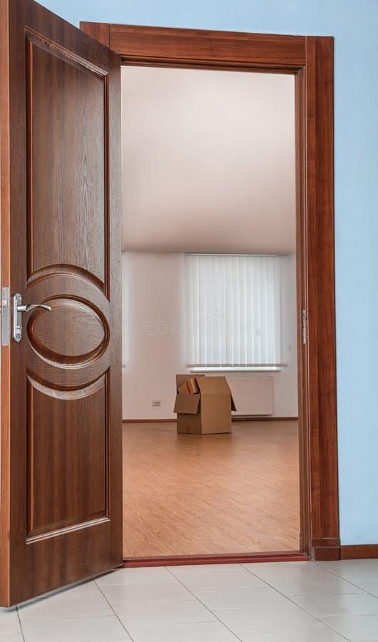 倒空室的开放现代门 免版税图库摄影