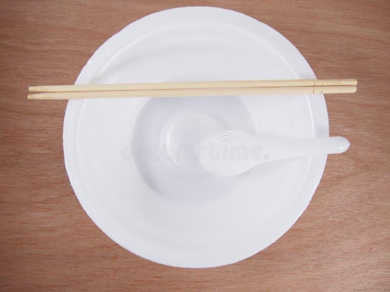 倒空有木筷子的一次性泡沫碗,塑料匙子 免版税库存图片