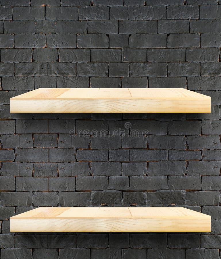 倒空木台式和架子在黑砖墙,模板m 库存照片
