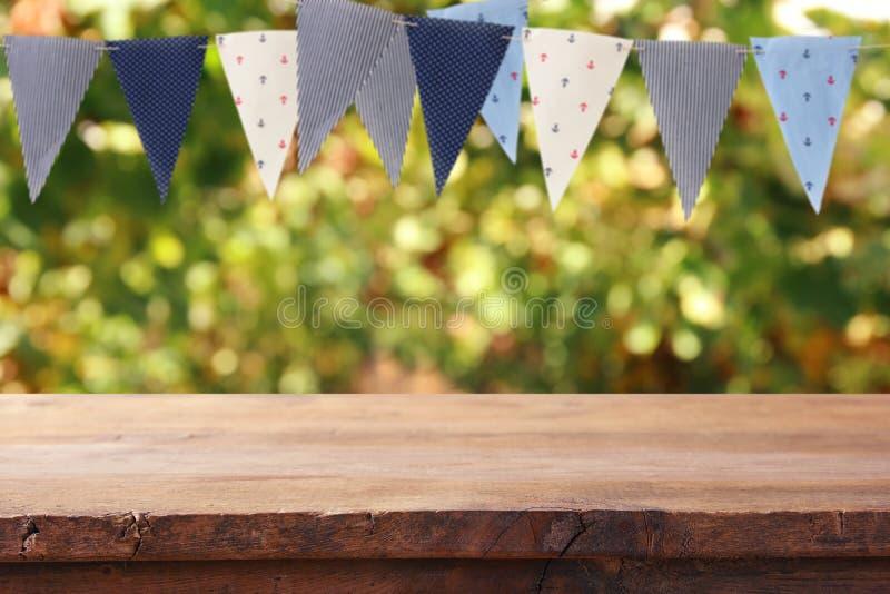 倒空木桌有旗子党背景户外 对赞成 库存照片
