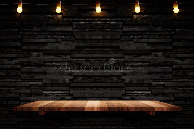 倒空棕色板条木架子在黑层数大理石瓦片墙壁bac 库存照片