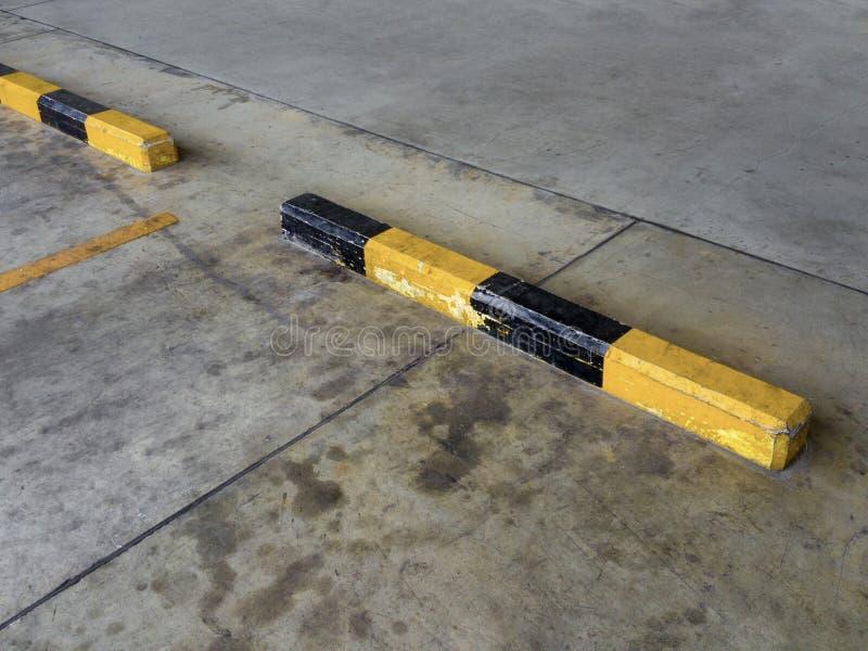 倒空汽车停车场做的线在干燥水泥地板上的标志黄色在停车场 库存照片