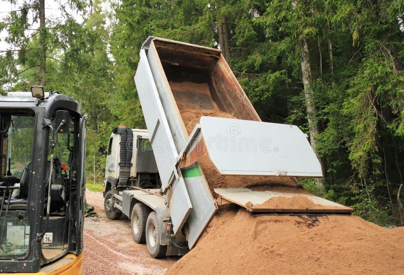 倒空沙子的它的装载翻斗车 免版税库存照片