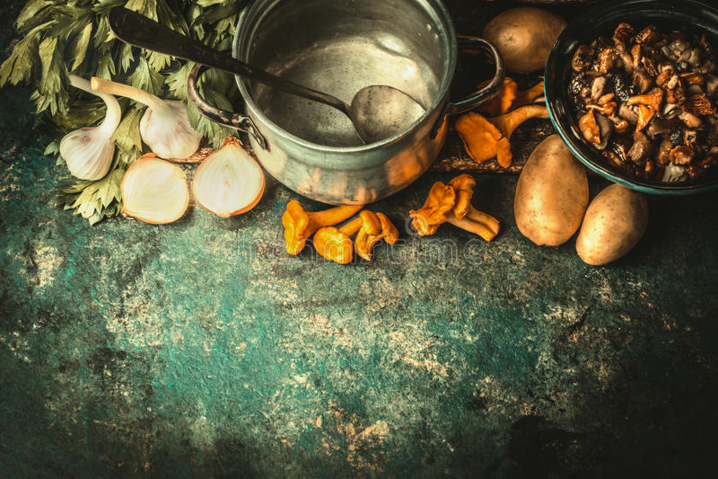 倒空烹调有匙子的,森林蘑菇罐和烹调汤或炖煮的食物的成份在黑暗的土气背景,顶视图 库存照片