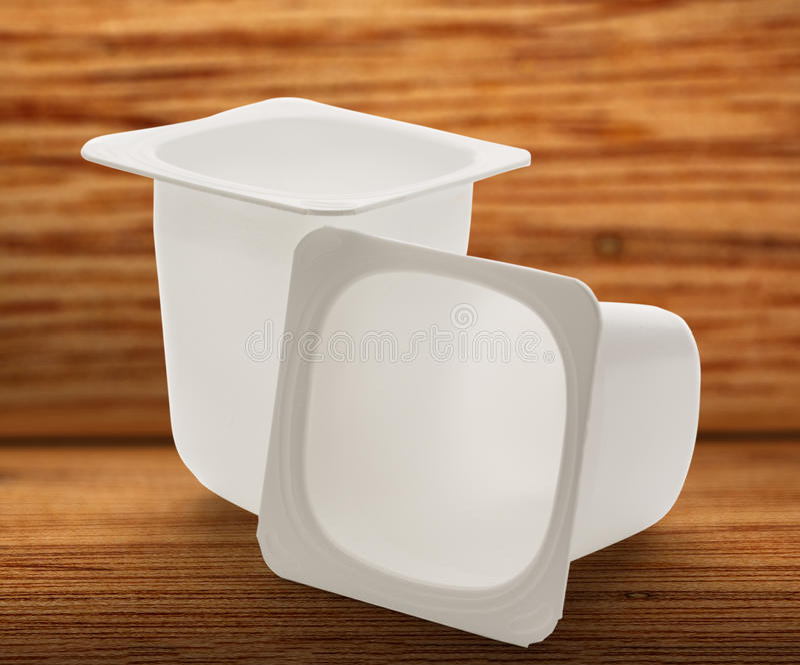 倒空被击碎的塑料酸奶罐 库存图片