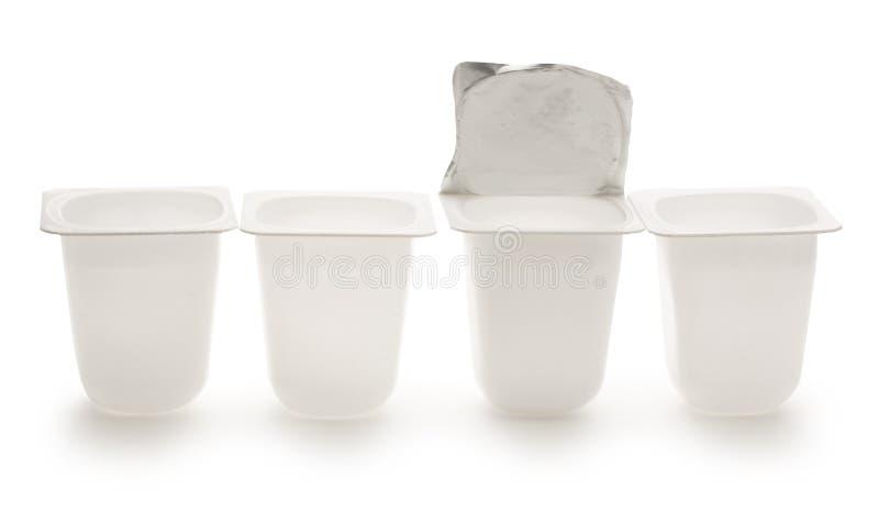 倒空被击碎的塑料酸奶罐 免版税库存照片