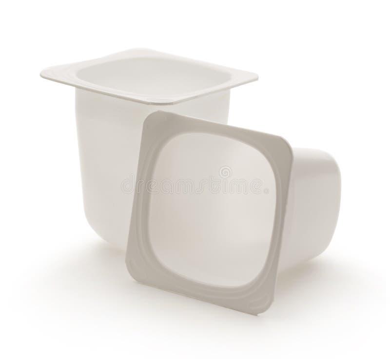 倒空被击碎的塑料酸奶罐 免版税库存图片