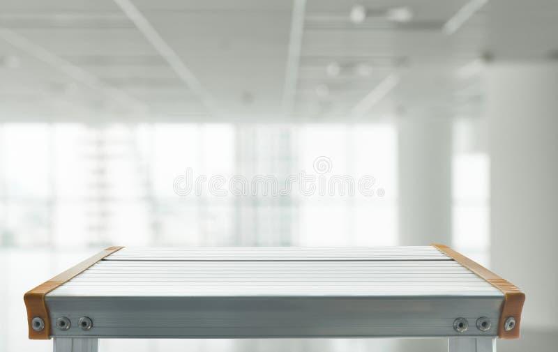 倒空铝桌上面与被弄脏的绝尘室的 库存图片