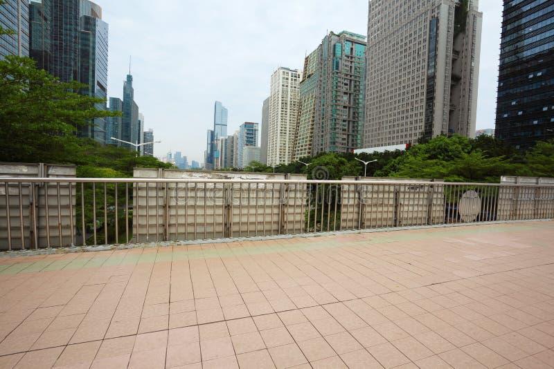 倒空陶瓷砖与城市地标buildin的路面地板 库存图片