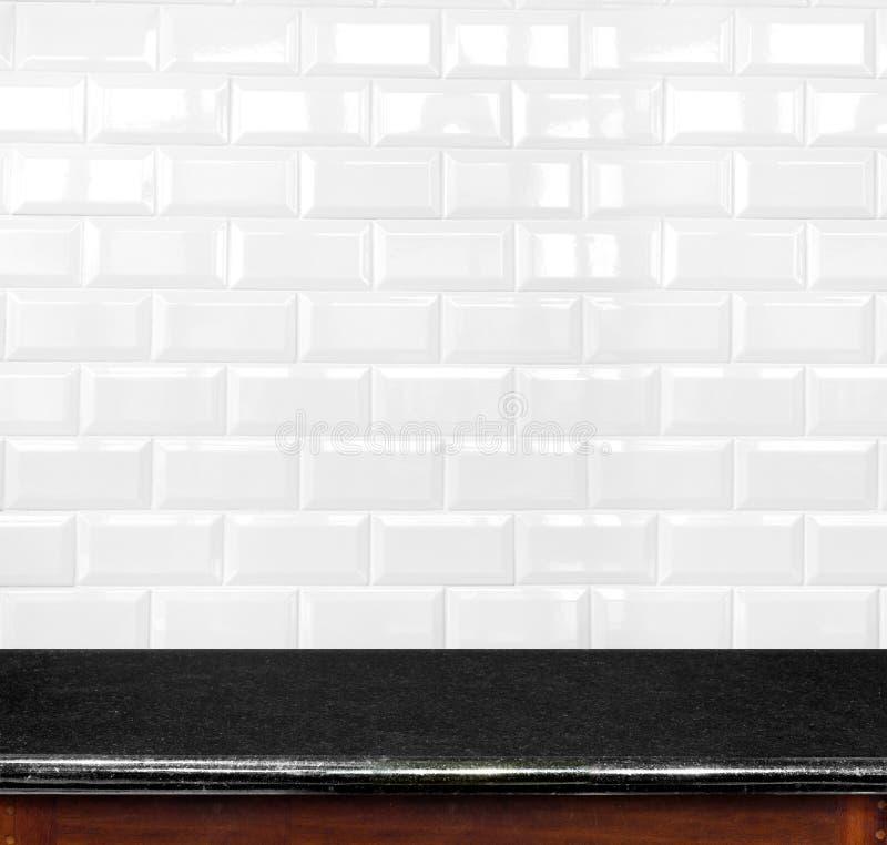 倒空黑大理石桌和陶瓷砖在backgrou的砖墙 免版税库存照片