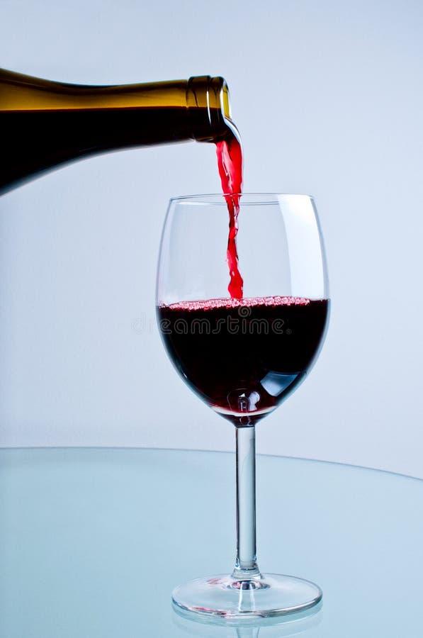 Download 倒红葡萄酒的瓶 库存例证. 插画 包括有 贸易, 例证, 黄柏, 液体, 夹子, 水晶, 食物, 倾吐, bothy - 22353353