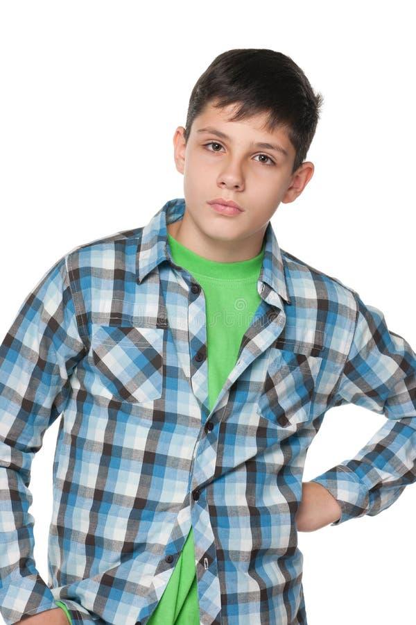 翻倒青少年的男孩的画象 免版税库存图片