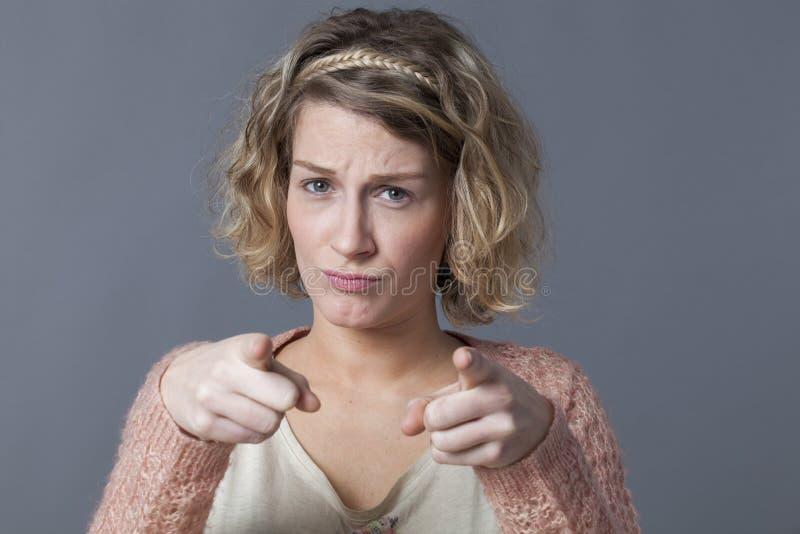 翻倒20s妇女的指责和忧虑概念 库存图片