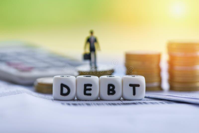 债务信用卡和金钱硬币堆/增加的责任从豁免债务合并 库存照片
