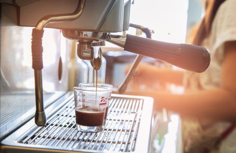 倾吐到从咖啡机器的杯子的浓咖啡特写镜头 小B 图库摄影
