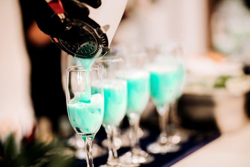 倾吐和混合专业鸡尾酒的男服务员 在客栈或酒吧的酒精饮料细节和饮料 库存图片