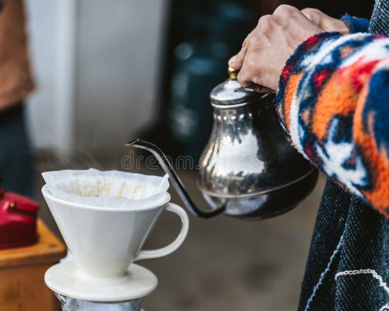 倾吐在咖啡的接近的手与交替法告诉了Dripping 磨咖啡器 免版税库存图片