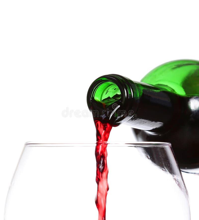 倾吐在白色背景,特写镜头的红葡萄酒 免版税库存照片