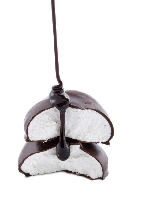 倾吐在蛋白软糖上的巧克力糖浆 免版税库存照片
