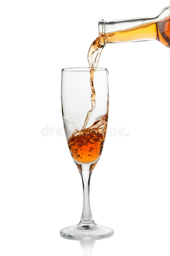 倾吐在觚特写镜头的白葡萄酒 免版税库存照片
