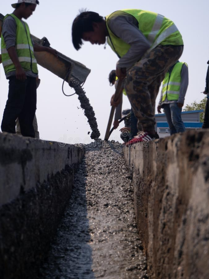 倾吐水泥的建造者在升级期间对住宅街道 免版税库存图片