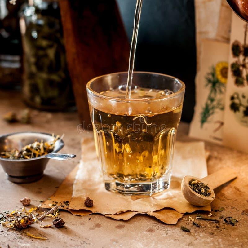 倾吐的清凉茶 免版税图库摄影