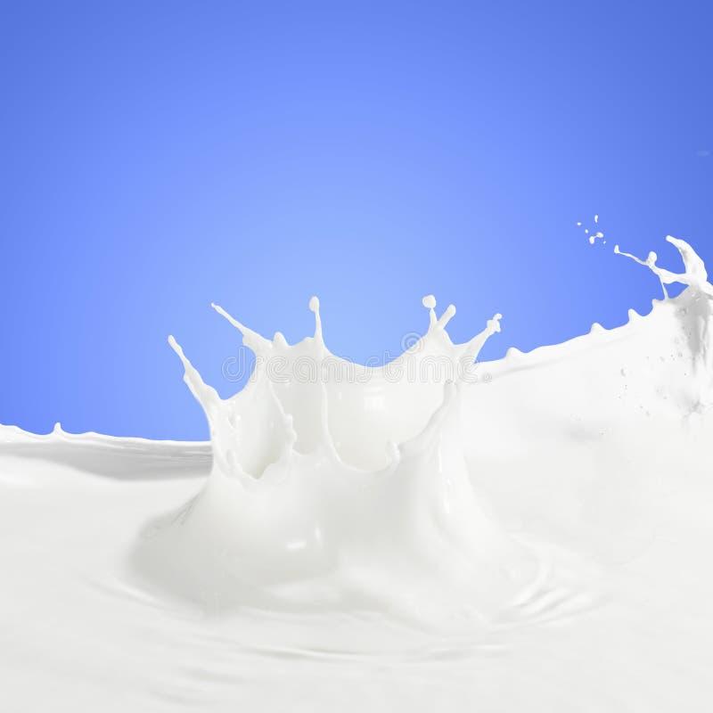 倾吐的牛奶飞溅 库存照片