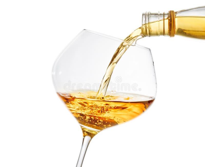 倾吐的白葡萄酒到与空间的一块玻璃里文本的 免版税库存照片