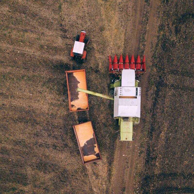 倾吐被收获的玉米五谷的组合鸟瞰图入traile 免版税图库摄影