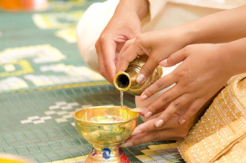 Download 倾吐水 库存图片. 图片 包括有 寺庙, 冷静, 婚礼, 倾吐, 作为, 的btu, 妇女 - 59110441