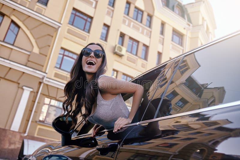 倾斜从车窗的女性 免版税库存图片